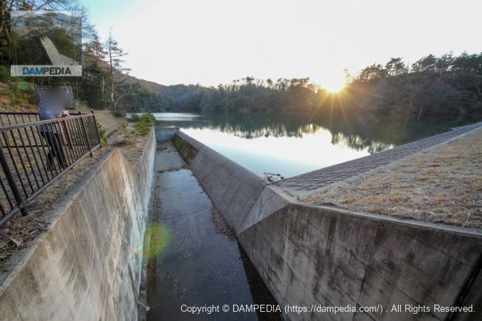 洪水吐に架かる橋より洪水吐を望む