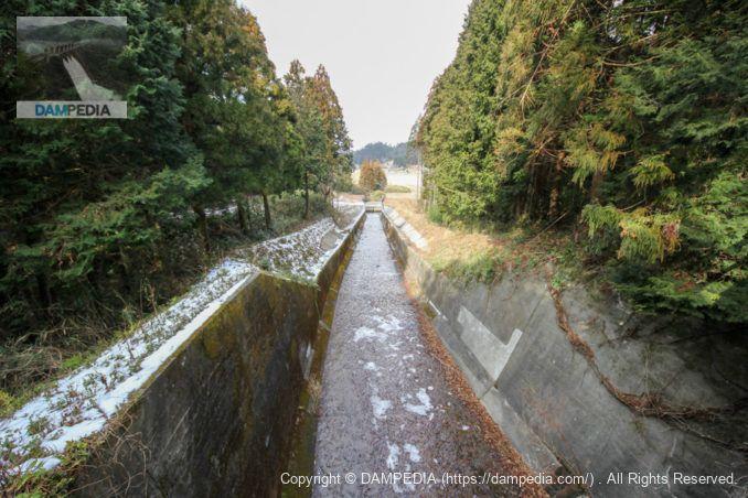 水路に架かる橋より下流を望む