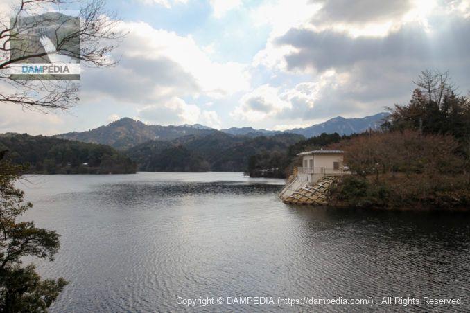 洪水吐付近よりダム湖と取水設備を望む