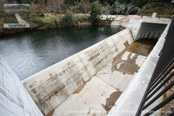 側水路式の洪水吐