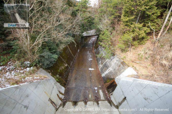 洪水吐に架かる橋より下流を望む