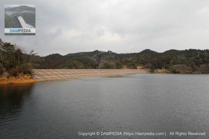 取水設備の辺りより堤体上流面を望む
