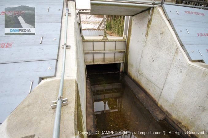 中央のゲートを下流から望む