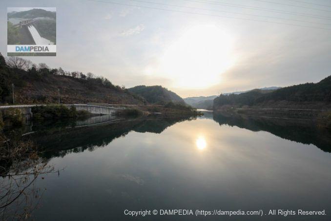 右岸のダム湖に架かる橋(出逢橋)よりダム湖を望む