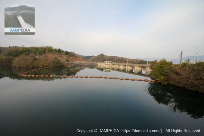 ダム湖に架かる橋(出逢橋)より堤体上流面を望む