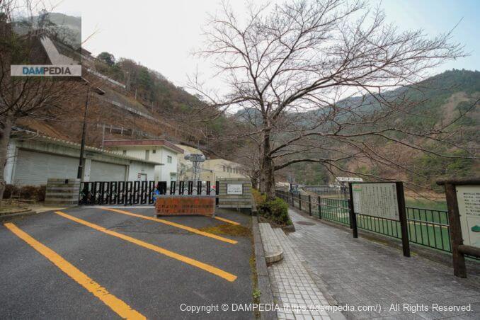 猿谷ダム管理支所の門と散策路