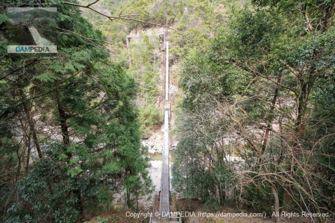 滝川を渡る水圧鉄管