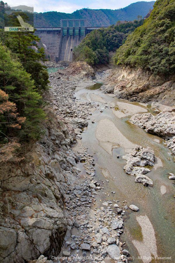 風屋大橋より堤体下流面を望む