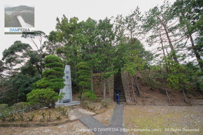 慰霊碑と電源神社への階段