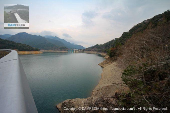 左岸よりダム湖・取水設備・洪水吐を望む