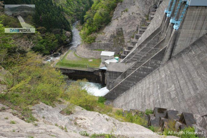 左岸展望台より利水放流設備を望む