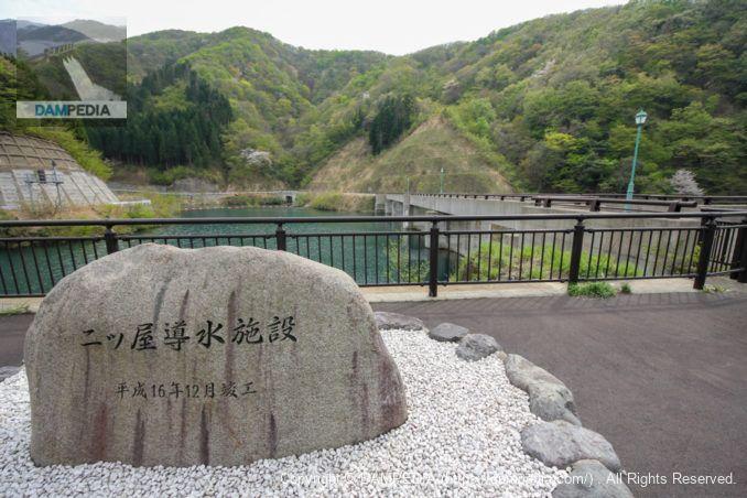 右岸より石碑と堤体上流面を望む