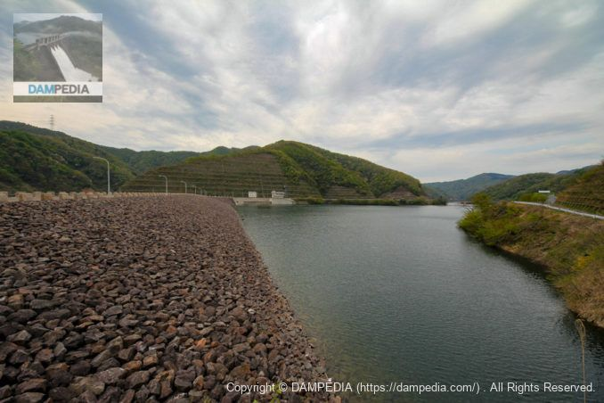 右岸より堤体上流面とダム湖を望む