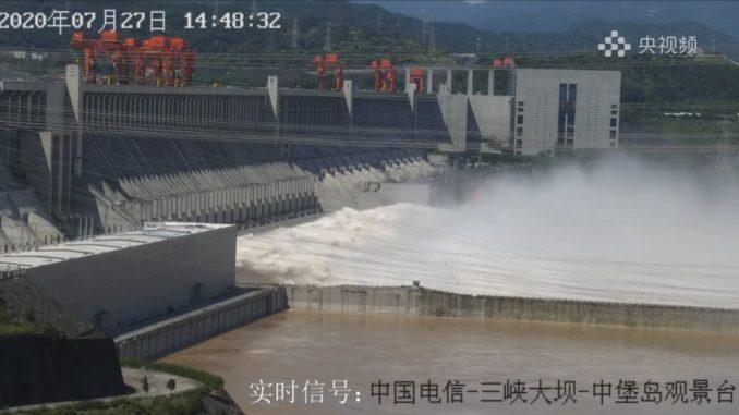 三峡ダムコンジットゲート放流写真