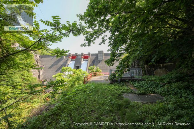 常磐用水路を上流に遡って内の倉ダムの下流面を望む