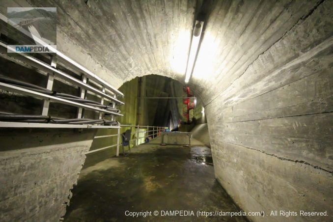 下流への出口へのトンネル部分から上流方向を望む
