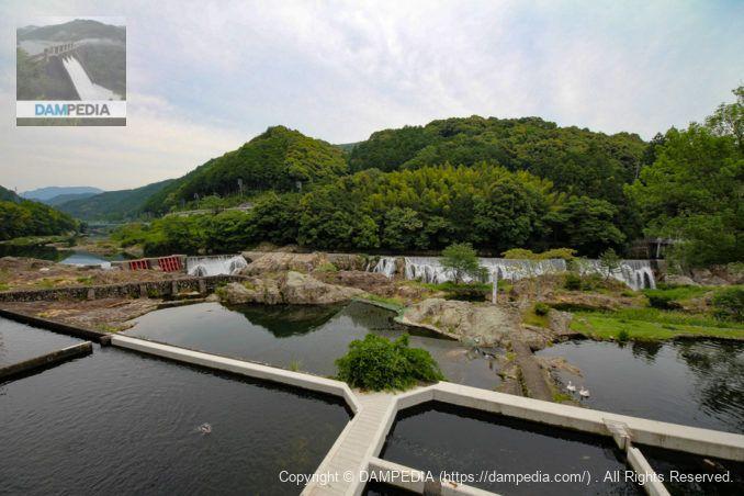 釣り堀越しに長篠堰堤を望む