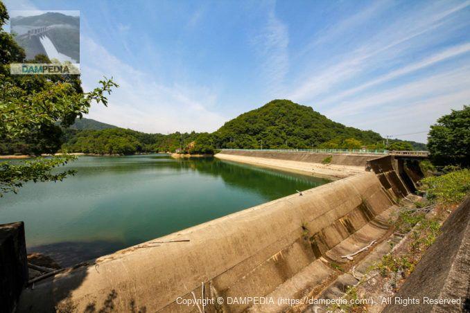 右岸より余水吐と堤体上流面を望む