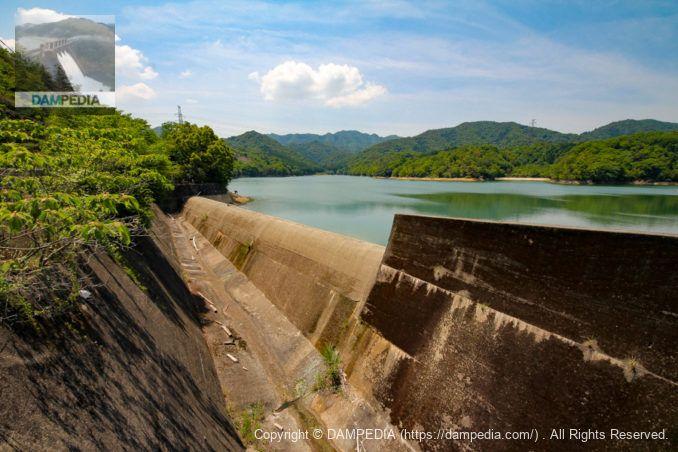 稲倉橋より上流側の余水吐を望む