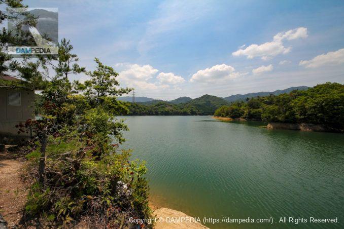 左岸散策路からダム湖を望む
