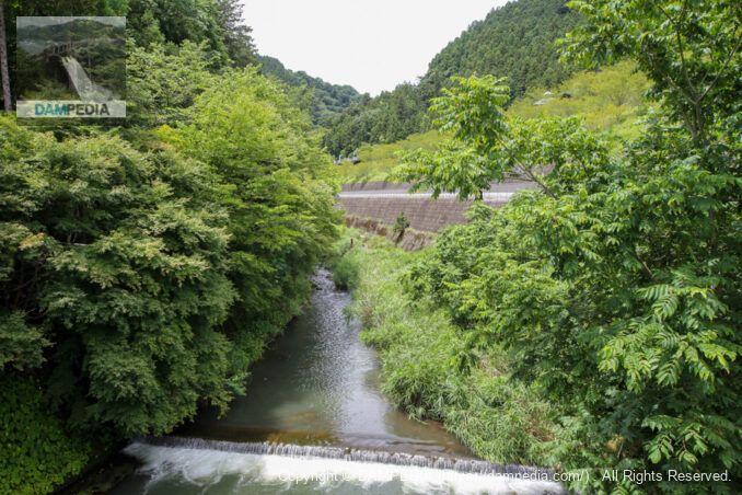 立入禁止チェーンの近くにある橋より上流を望む