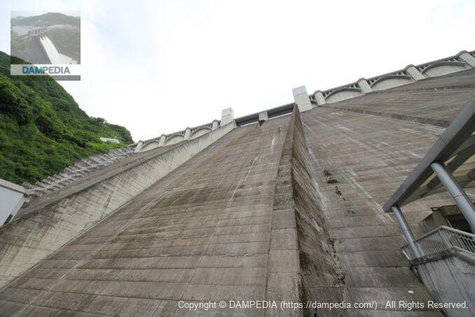 直下から仰ぎ見る浦山ダム