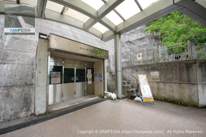 エレベーターとフーチング階段出入口