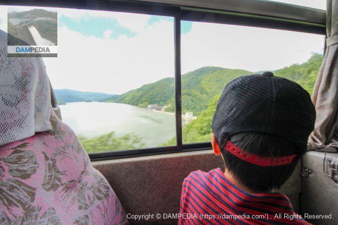 バスで堤体まで移動
