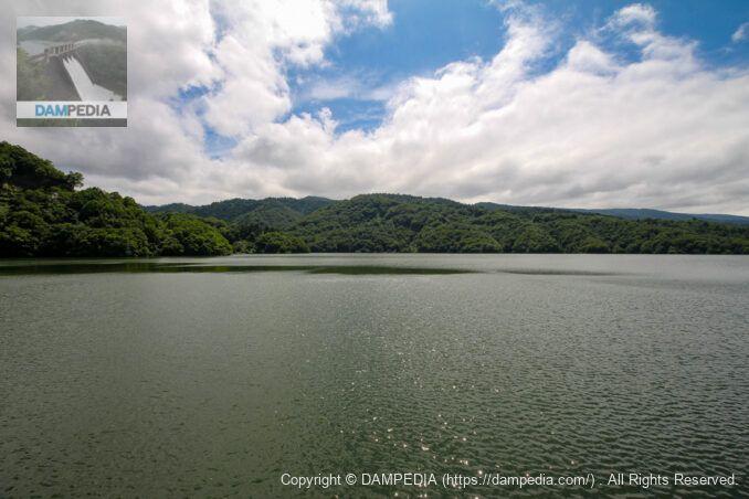 天端よりダム湖を見る