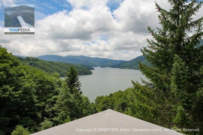 有峰記念館屋上展望台より貯水池を見る