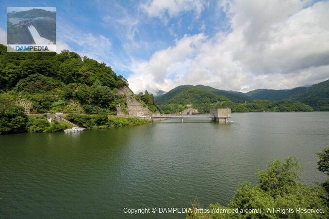 左岸より有峰第一発電所取水塔と堤体上流面
