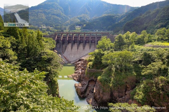 下流の吉野橋より堤体下流面を見る
