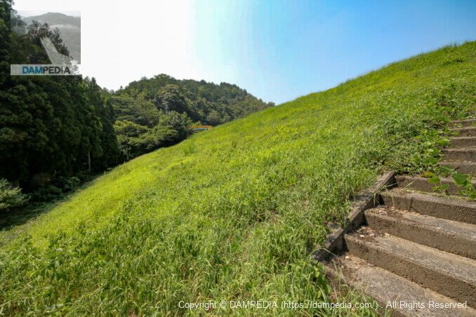 堤体下流面の階段より右岸方向を見る