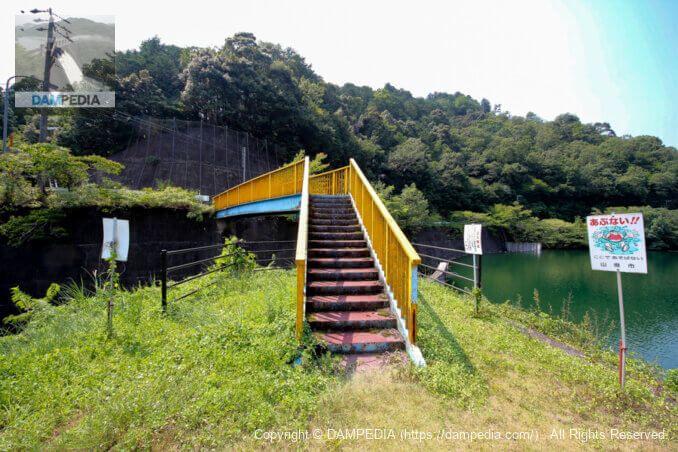 余水吐に架かる橋