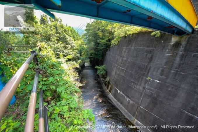 人道橋の下から導流部を見る