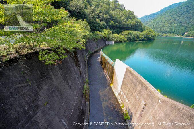 人道橋より余水吐の越流部を見る