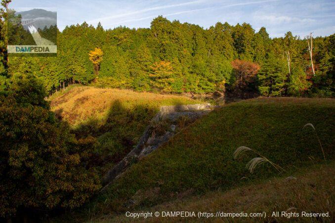 山神池の天端より寺谷池の堤体下流面を見る