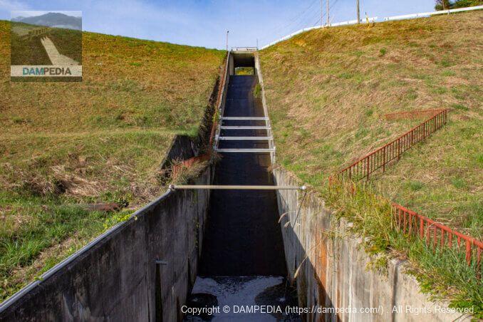 下流の橋より導流部を見る