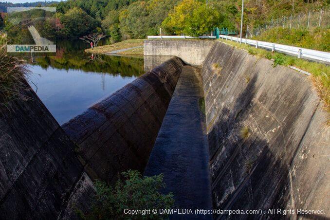 天端の橋より洪水吐を見る