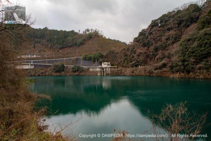 右岸より新庄発電所の取水口を見る