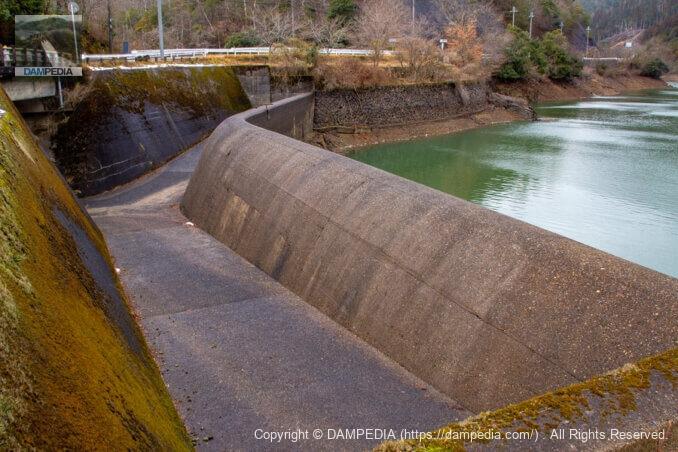 石碑のあたりから余水吐と堤体上流面を見る