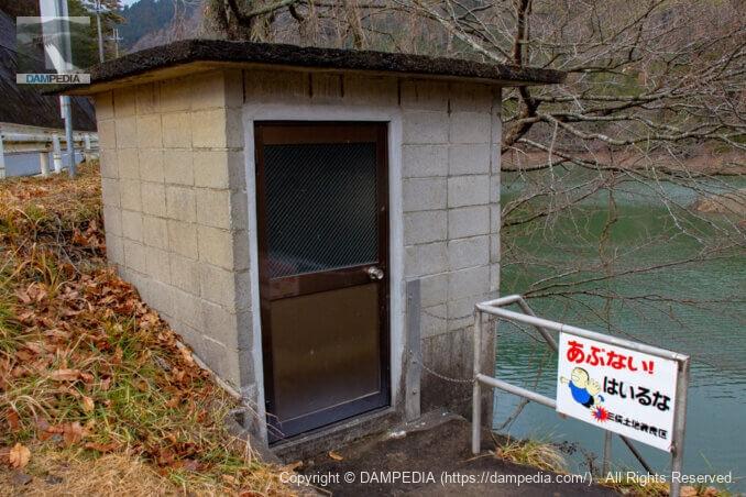 右岸の取水設備建屋