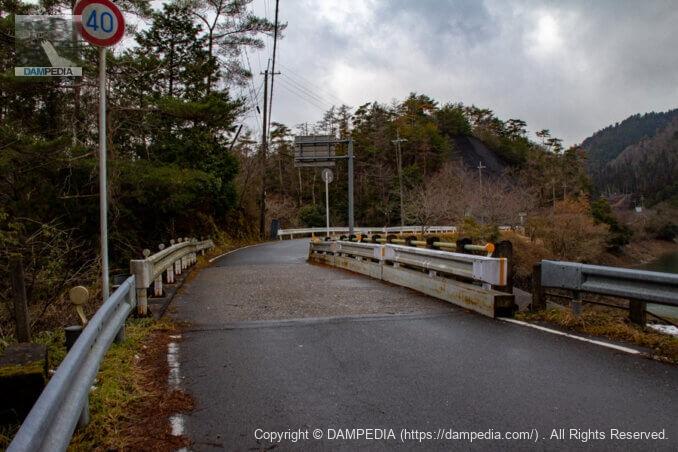 余水吐の上に架かる橋を見る