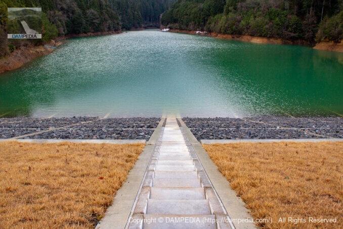 天端より堤体上流面の階段を見る