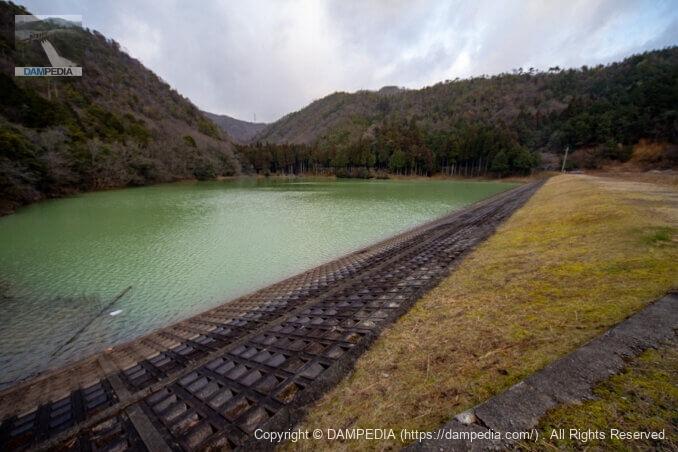 右岸より堤体上流面と貯水池を見る