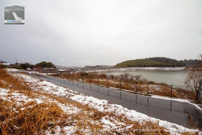 左岸駐車場より堤体上流面を見る