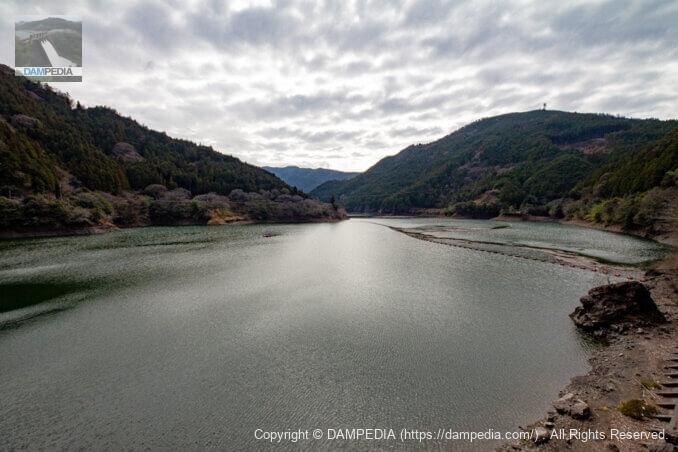 左岸よりダム湖を見る