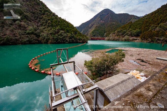 係船設備と貯水池を見る