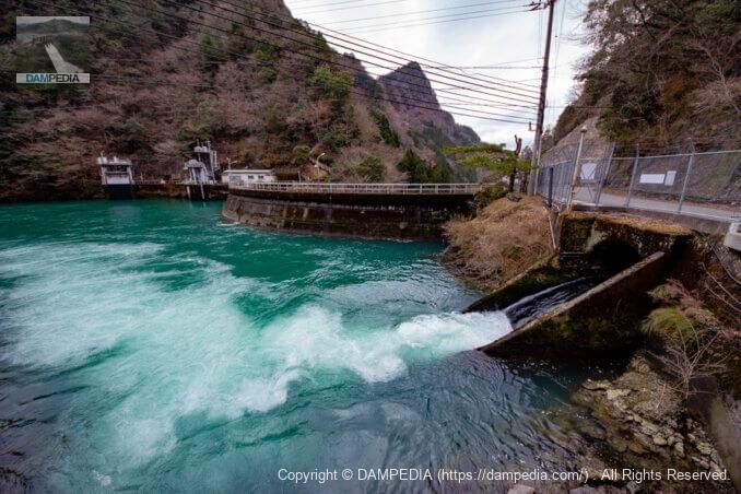 右岸より堤体上流面と注水口を見る