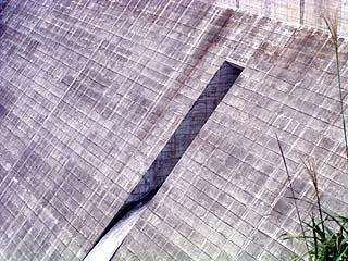 右岸下流側管理所より常用洪水吐を望む